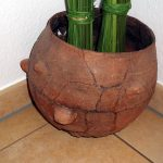 Gnubben-Topf, ca 4000 Jahre alt als Fundament für Dekoration