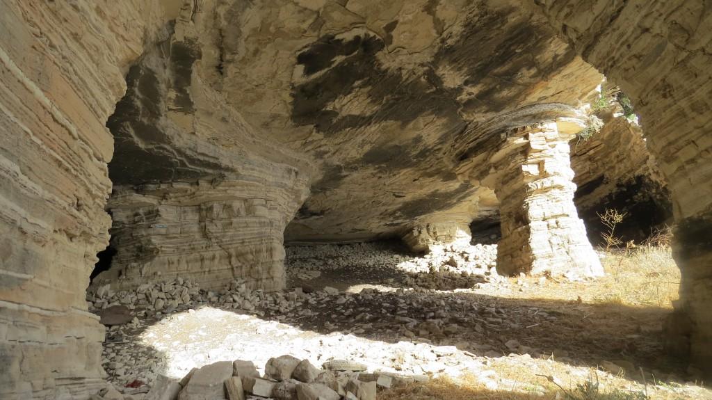 Römische Kalksandsteinminen, 2000 Jahre alt. Hab darüber hier schon genug geschrieben - einfach mal selber suchen.