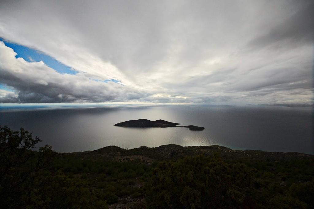 Blick auf die Insel Σαμιοπούλα - die Farben sind echt!