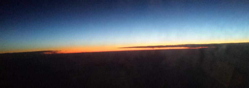 Sonnenaufgang auf Reiseflughöhe. Keine Ahnung wo, ich musste mein GPS Gerät abschalten.